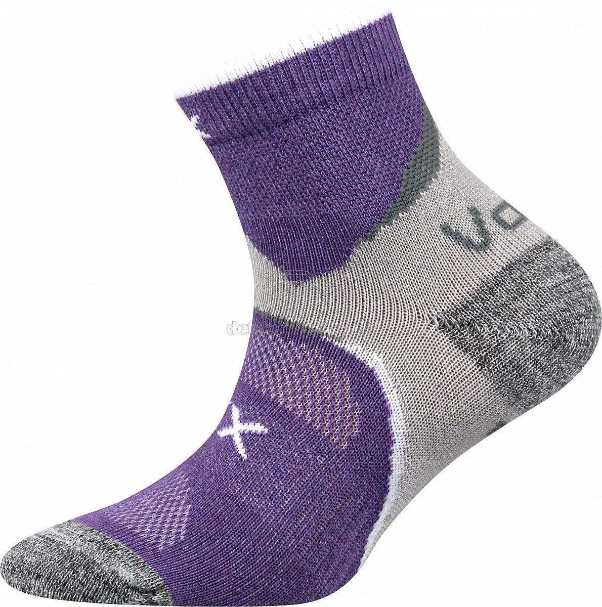 Detské ponožky. Ideálny odvod potu, antibakteriálna ochrana iónmi striebra v materiáli silproX. Teplotná trieda A.   Zloženie:  elastan 5% polypropylén 60% bavlna 35% VoXX Maxterik fialová